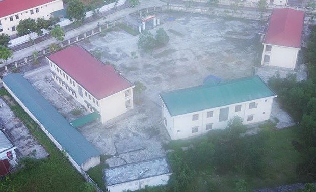 Trường hơn 16 tỷ bỏ hoang người dân tận dụng phơi rơm nuôi gà - Ảnh 3.