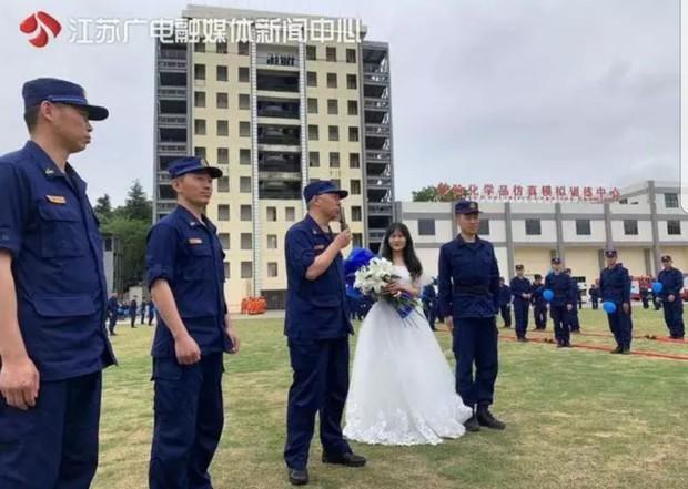 700 lính cứu hỏa Trung Quốc xếp hình trái tim trong đám cưới của đồng đội - Ảnh 4.