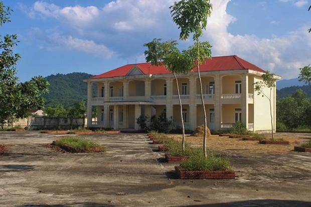 Trường hơn 16 tỷ bỏ hoang người dân tận dụng phơi rơm nuôi gà - Ảnh 4.