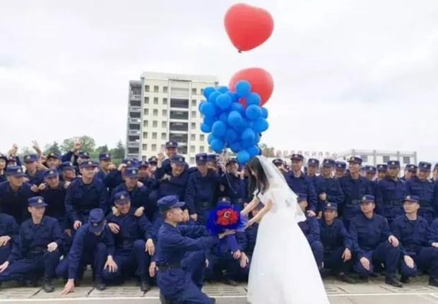 700 lính cứu hỏa Trung Quốc xếp hình trái tim trong đám cưới của đồng đội - Ảnh 5.