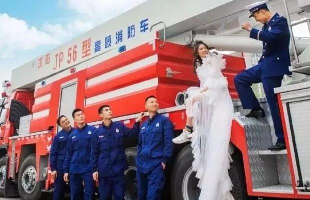 700 lính cứu hỏa Trung Quốc xếp hình trái tim trong đám cưới của đồng đội - Ảnh 7.