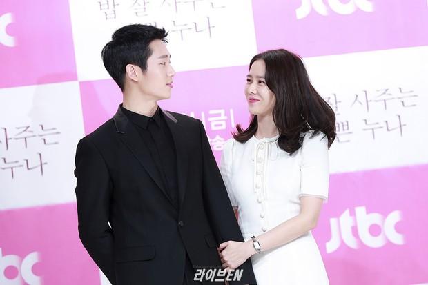 Hình ảnh déjà vu của mỹ nam Jung Hae In: Lại đóng cặp và nắm tay thân mật cùng 1 chị đẹp, nhưng không phải là Son Ye Jin - Ảnh 7.