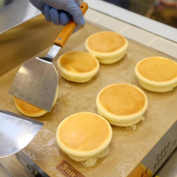 Pancake souffle kiểu Nhật bông mịn như mây khiến ai cũng thèm đã có mặt ở Sài Gòn với cửa hàng tông hồng sống ảo - Ảnh 5.