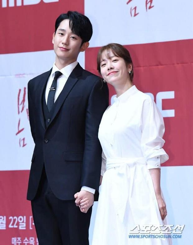 Hình ảnh déjà vu của mỹ nam Jung Hae In: Lại đóng cặp và nắm tay thân mật cùng 1 chị đẹp, nhưng không phải là Son Ye Jin - Ảnh 1.
