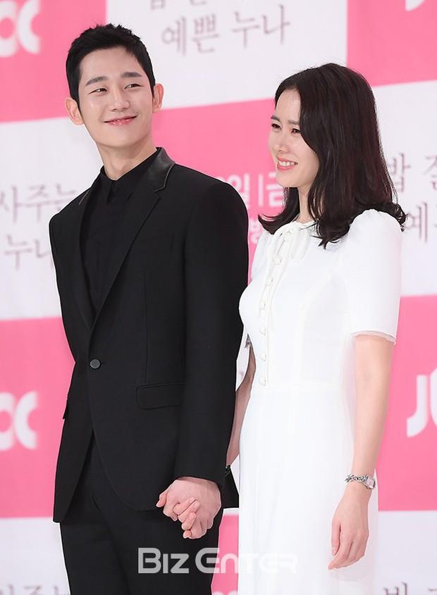 Hình ảnh déjà vu của mỹ nam Jung Hae In: Lại đóng cặp và nắm tay thân mật cùng 1 chị đẹp, nhưng không phải là Son Ye Jin - Ảnh 3.