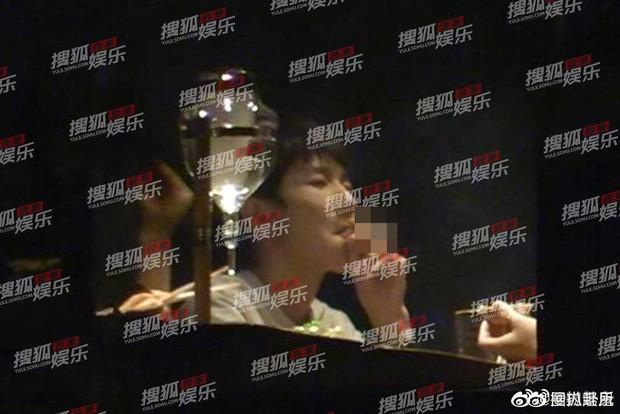 Fan sốc toàn tập trước hình ảnh Vương Nguyên ngoan hiền của TFBoys hút thuốc lá phì phèo bên Giả Nãi Lượng - Ảnh 4.