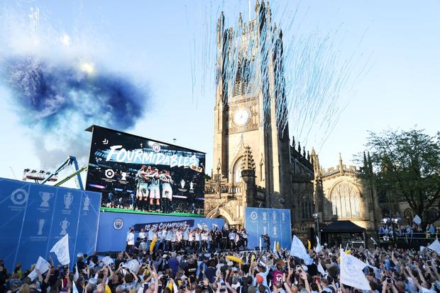 Những khoảnh khắc đẹp trong lễ diễu hành mừng cú ăn 4 danh hiệu nội địa của Man City - Ảnh 1.