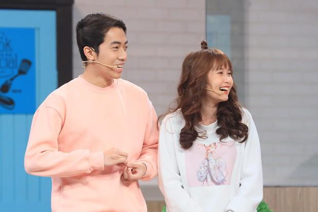 Hari Won bất ngờ khi hot streamer Cris Phan công khai bạn gái trên truyền hình - Ảnh 2.