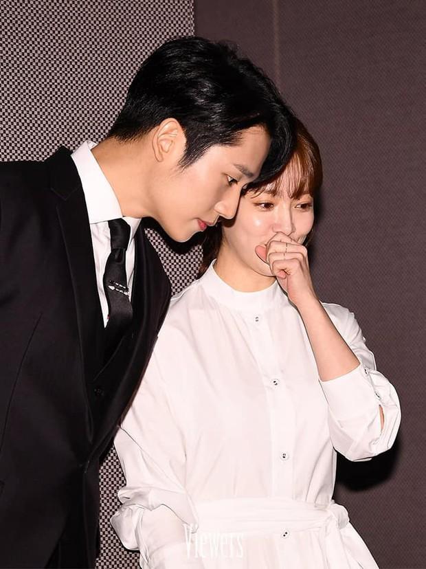 Hình ảnh déjà vu của mỹ nam Jung Hae In: Lại đóng cặp và nắm tay thân mật cùng 1 chị đẹp, nhưng không phải là Son Ye Jin - Ảnh 8.