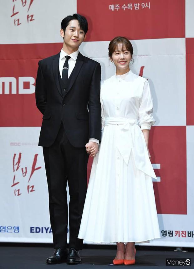 Hình ảnh déjà vu của mỹ nam Jung Hae In: Lại đóng cặp và nắm tay thân mật cùng 1 chị đẹp, nhưng không phải là Son Ye Jin - Ảnh 2.