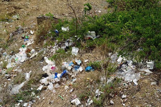 Nhóm bạn trẻ đu dây dọn rác tại vách đá ven biển Nha Trang: Chúng mình không làm để được khen, chỉ thấy hạnh phúc mà thôi - Ảnh 3.