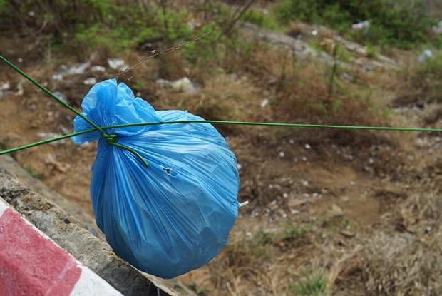 Nhóm bạn trẻ đu dây dọn rác tại vách đá ven biển Nha Trang: Chúng mình không làm để được khen, chỉ thấy hạnh phúc mà thôi - Ảnh 8.