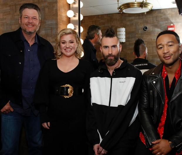 Chung kết The Voice Mỹ: Kelly Clarkson, Adam Levine ngồi chơi xơi nước - Ảnh 2.