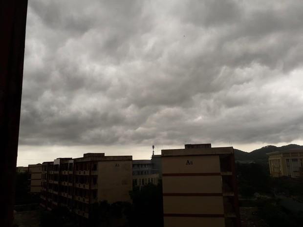 Mây đen cuồn cuộn bao trùm bầu trời Huế, nhiều người liên tưởng như cảnh tượng Thanos ghé thăm - Ảnh 8.