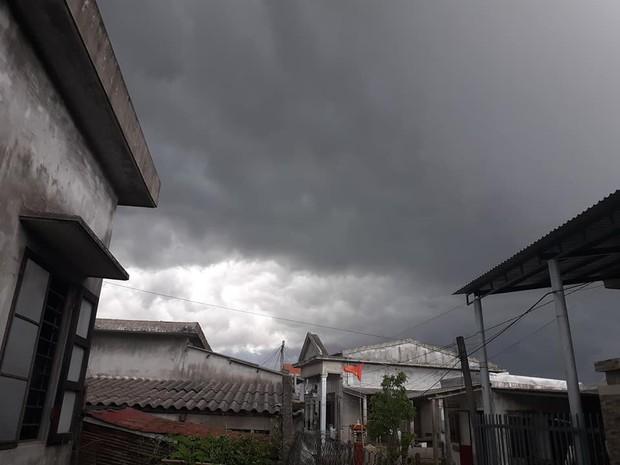 Mây đen cuồn cuộn bao trùm bầu trời Huế, nhiều người liên tưởng như cảnh tượng Thanos ghé thăm - Ảnh 9.
