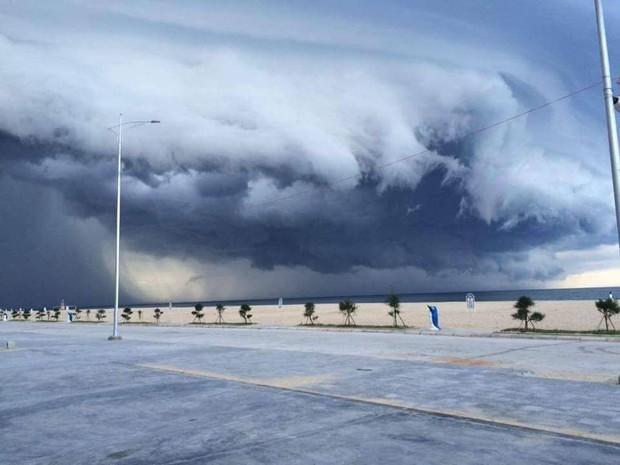 Mây đen cuồn cuộn bao trùm bầu trời Huế, nhiều người liên tưởng như cảnh tượng Thanos ghé thăm - Ảnh 2.