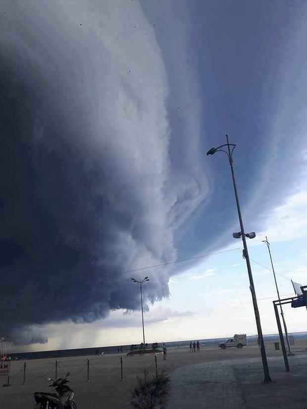 Mây đen cuồn cuộn bao trùm bầu trời Huế, nhiều người liên tưởng như cảnh tượng Thanos ghé thăm - Ảnh 3.