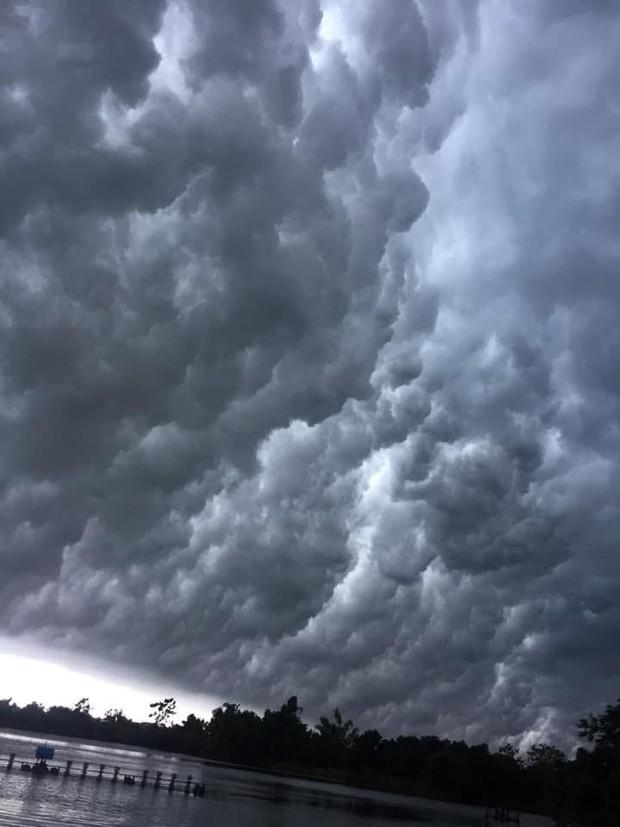 Mây đen cuồn cuộn bao trùm bầu trời Huế, nhiều người liên tưởng như cảnh tượng Thanos ghé thăm - Ảnh 1.