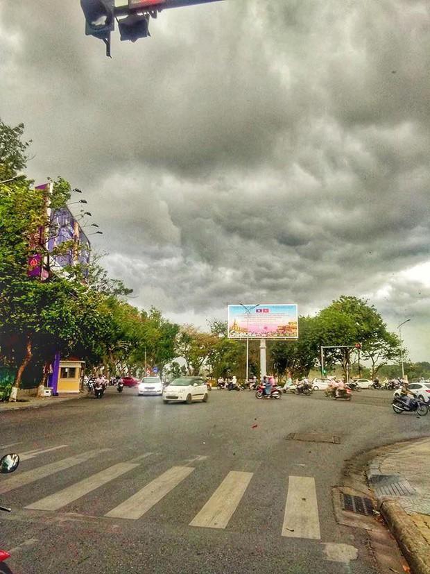 Mây đen cuồn cuộn bao trùm bầu trời Huế, nhiều người liên tưởng như cảnh tượng Thanos ghé thăm - Ảnh 6.