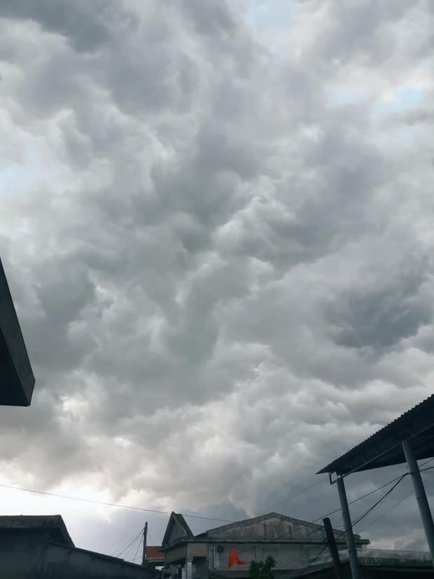 Mây đen cuồn cuộn bao trùm bầu trời Huế, nhiều người liên tưởng như cảnh tượng Thanos ghé thăm - Ảnh 7.