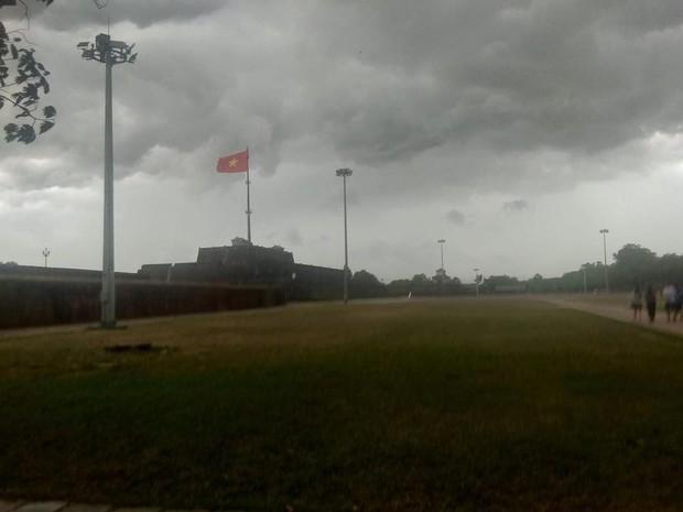 Mây đen cuồn cuộn bao trùm bầu trời Huế, nhiều người liên tưởng như cảnh tượng Thanos ghé thăm - Ảnh 5.