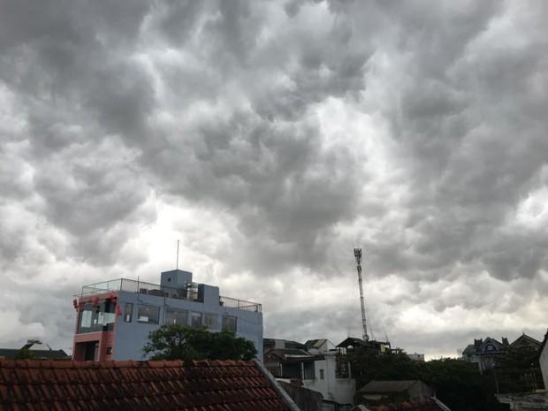 Mây đen cuồn cuộn bao trùm bầu trời Huế, nhiều người liên tưởng như cảnh tượng Thanos ghé thăm - Ảnh 11.