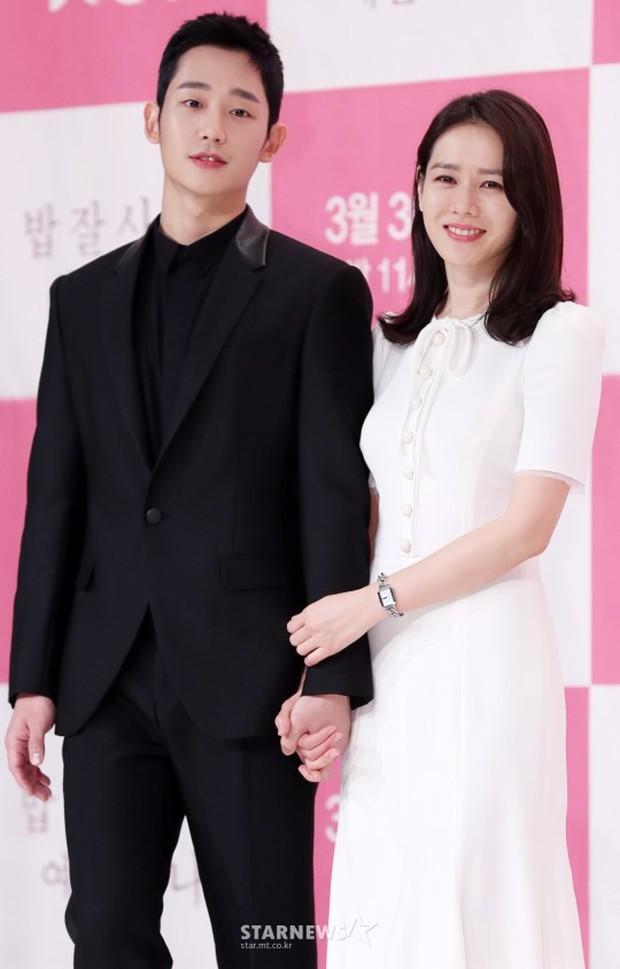 Hình ảnh déjà vu của mỹ nam Jung Hae In: Lại đóng cặp và nắm tay thân mật cùng 1 chị đẹp, nhưng không phải là Son Ye Jin - Ảnh 4.