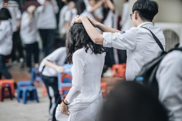 Chịu ướt lấy tay che mưa cho bạn gái trong lễ bế giảng, nam sinh được phong là soái ca quốc dân, nhà nhà ao ước - Ảnh 1.