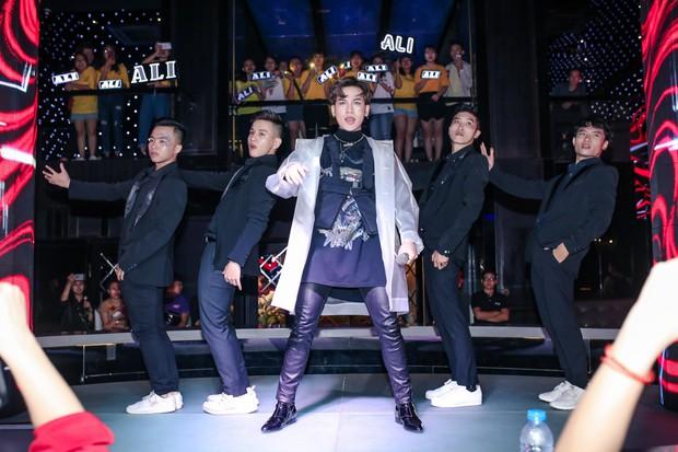 Ali Hoàng Dương bật khóc nghẹn ngào trong buổi ra mắt album mới, song ca đẳng cấp cùng Thu Minh! - Ảnh 1.