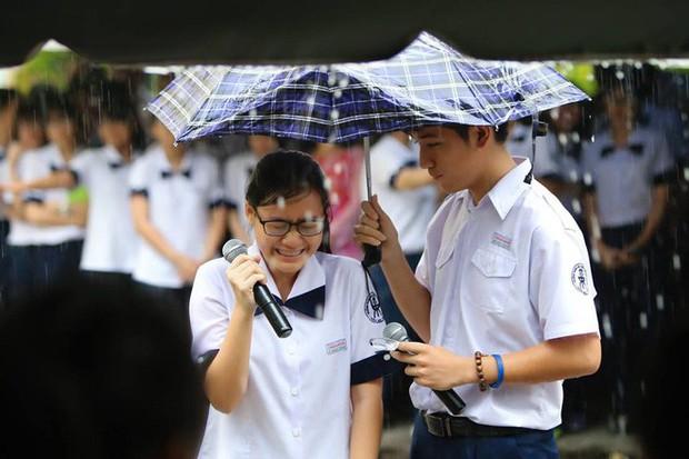 Chịu ướt lấy tay che mưa cho bạn gái trong lễ bế giảng, nam sinh được phong là soái ca quốc dân, nhà nhà ao ước - Ảnh 4.