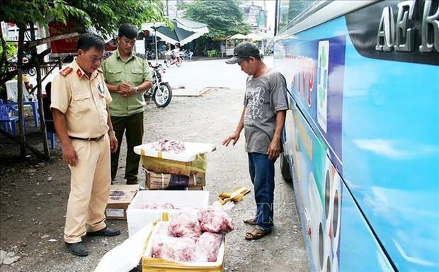 Bắt giữ vụ vận chuyển hơn 600 kg nội tạng và bì lợn bốc mùi - Ảnh 1.