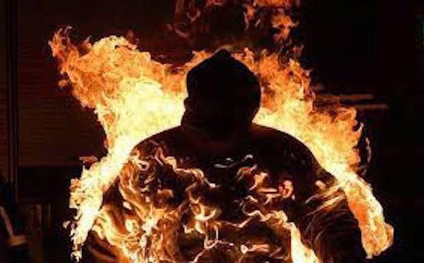 Người đàn ông bán vé số tự tẩm xăng lên người rồi đốt dẫn đến tử vong - Ảnh 1.
