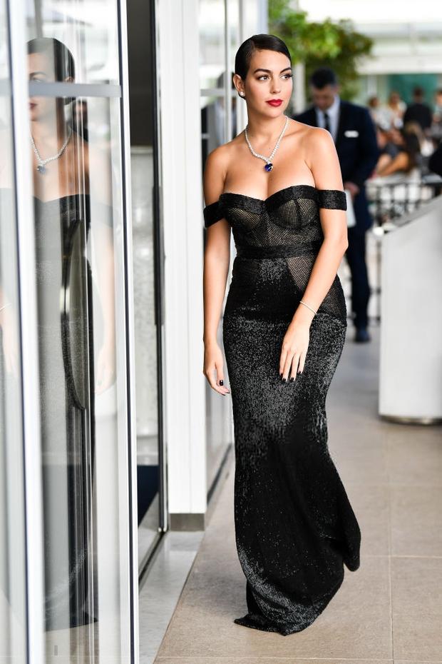 Chẳng cần hở bạo như Ngọc Trinh, bạn gái Ronaldo vẫn khiến fan ná thở vì quá xinh đẹp, nóng bỏng và thần thái ngút ngàn khi xuất hiện ở Cannes - Ảnh 2.