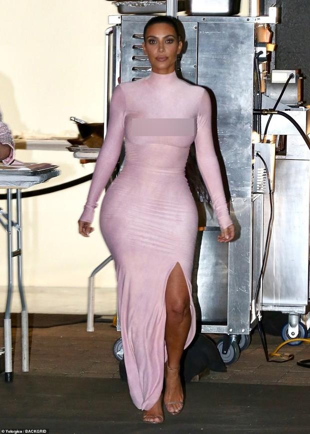 Kylie Jenner mở tiệc hường phấn quy tụ dàn chị em Kardashian, ai cũng tận lực khoe boby nóng bỏng - Ảnh 2.