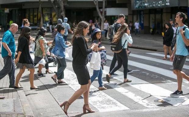 New York, Mỹ đề xuất cấm hành vi vừa đi bộ vừa nhắn tin - Ảnh 1.