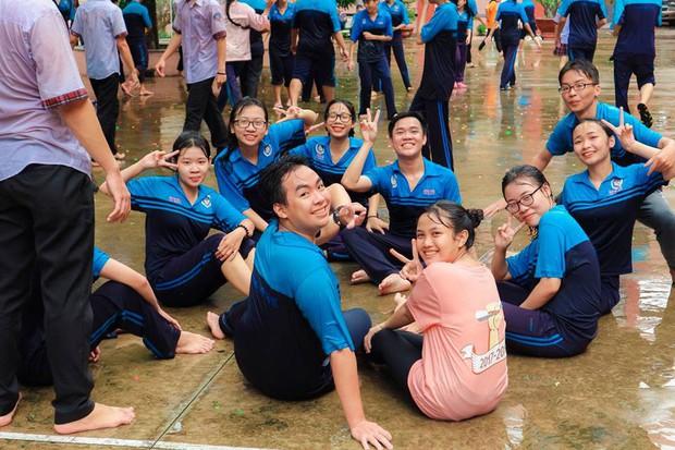 Thấy học sinh dùng súng nước bắn nhau ngày bế giảng, thầy hiệu phó mang hẳn vòi cứu hoả ra phun nước chống lại toàn trường! - Ảnh 12.