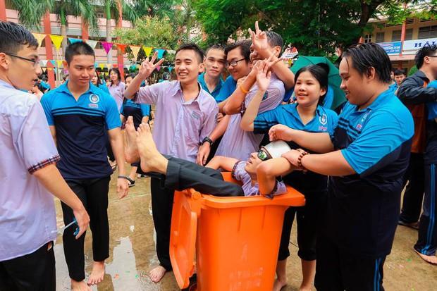Thấy học sinh dùng súng nước bắn nhau ngày bế giảng, thầy hiệu phó mang hẳn vòi cứu hoả ra phun nước chống lại toàn trường! - Ảnh 7.