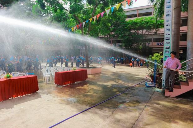 Thấy học sinh dùng súng nước bắn nhau ngày bế giảng, thầy hiệu phó mang hẳn vòi cứu hoả ra phun nước chống lại toàn trường! - Ảnh 3.