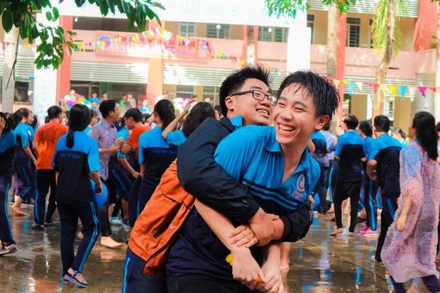 Thấy học sinh dùng súng nước bắn nhau ngày bế giảng, thầy hiệu phó mang hẳn vòi cứu hoả ra phun nước chống lại toàn trường! - Ảnh 8.