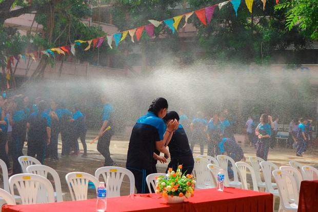 Thấy học sinh dùng súng nước bắn nhau ngày bế giảng, thầy hiệu phó mang hẳn vòi cứu hoả ra phun nước chống lại toàn trường! - Ảnh 5.