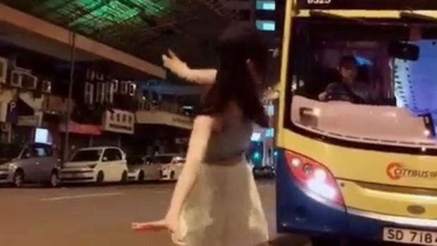 Kinh hoàng các trò câu Like, câu view trên Tik Tok: Nhảy múa trước ô-tô đang chạy, ném con đến chấn thương nhập viện... - Ảnh 1.