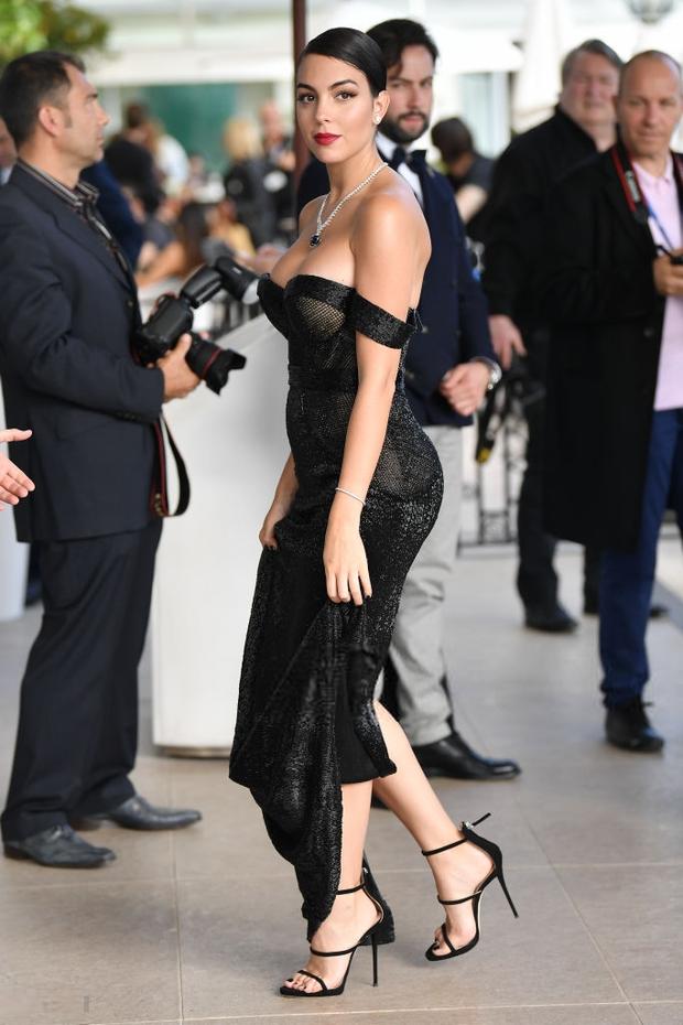 Chẳng cần hở bạo như Ngọc Trinh, bạn gái Ronaldo vẫn khiến fan ná thở vì quá xinh đẹp, nóng bỏng và thần thái ngút ngàn khi xuất hiện ở Cannes - Ảnh 5.