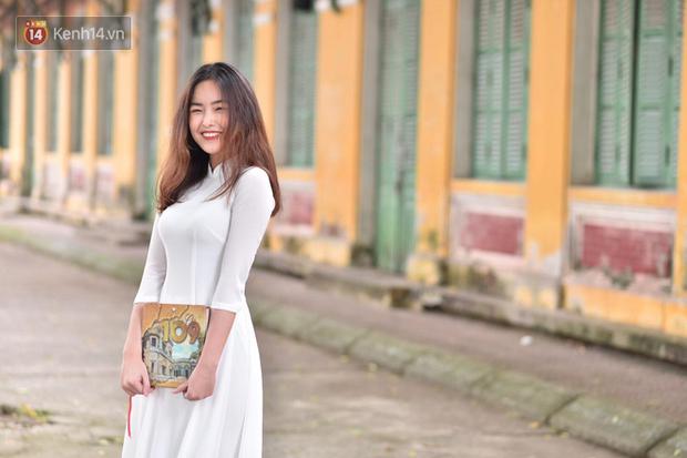 Đặc sản mùa bế giảng: Con gái Hà Nội chỉ cần diện áo dài trắng thôi là xinh hết phần người khác rồi! - Ảnh 3.