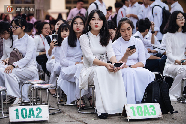 Đặc sản mùa bế giảng: Con gái Hà Nội chỉ cần diện áo dài trắng thôi là xinh hết phần người khác rồi! - Ảnh 11.