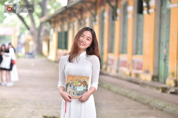 Đặc sản mùa bế giảng: Con gái Hà Nội chỉ cần diện áo dài trắng thôi là xinh hết phần người khác rồi! - Ảnh 5.