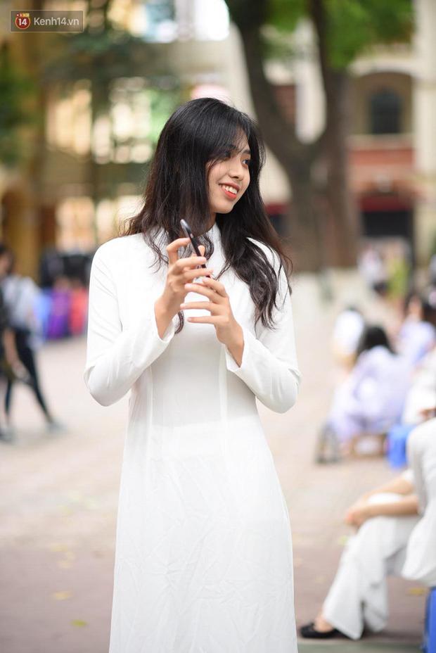 Đặc sản mùa bế giảng: Con gái Hà Nội chỉ cần diện áo dài trắng thôi là xinh hết phần người khác rồi! - Ảnh 24.
