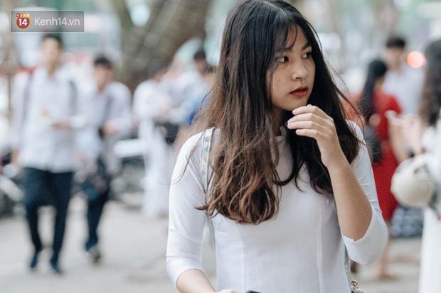 Đặc sản mùa bế giảng: Con gái Hà Nội chỉ cần diện áo dài trắng thôi là xinh hết phần người khác rồi! - Ảnh 18.