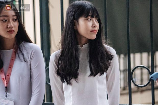 Đặc sản mùa bế giảng: Con gái Hà Nội chỉ cần diện áo dài trắng thôi là xinh hết phần người khác rồi! - Ảnh 29.