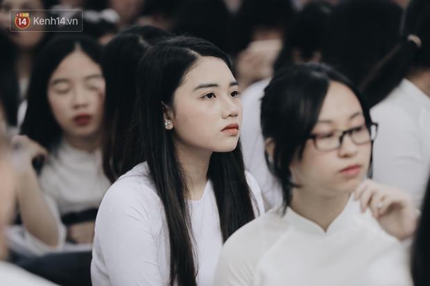 Đặc sản mùa bế giảng: Con gái Hà Nội chỉ cần diện áo dài trắng thôi là xinh hết phần người khác rồi! - Ảnh 1.