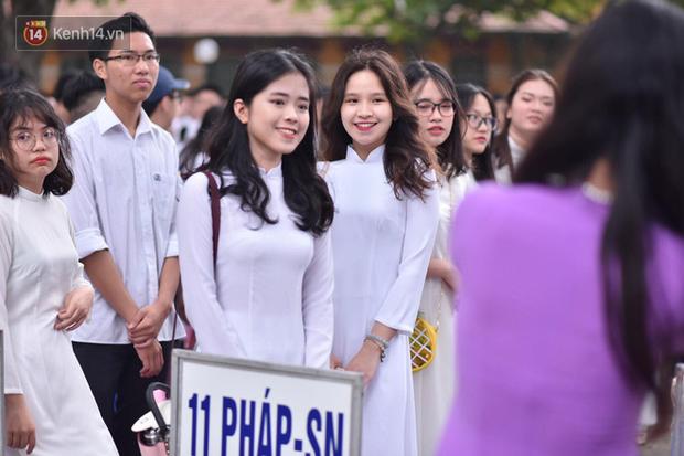 Đặc sản mùa bế giảng: Con gái Hà Nội chỉ cần diện áo dài trắng thôi là xinh hết phần người khác rồi! - Ảnh 17.